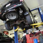 車のエンジンオイルの漏れは危険?考えられる原因&修理費用の相場とは?